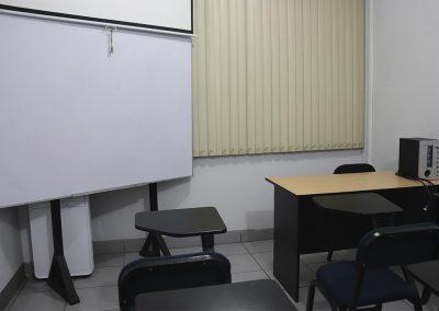 Sala 1, pizarra y proyector